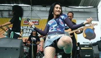 the-indonesian-dangdut-koplo-singer-performances